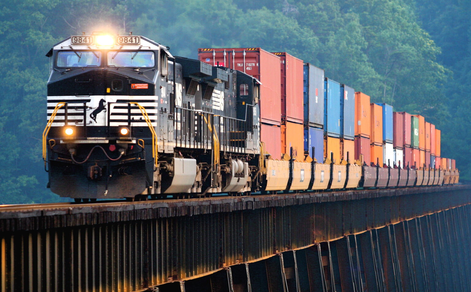 какое место занимает железнодорожный транспорт